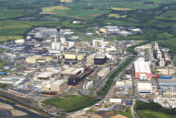 Areál britského jaderného centra Sellafield. Nejprve zde stály jen reaktory Windscale Piles (najdete je vlevé zadní části areálu, vysoký komín druhého reaktoru byl vroce 2001 zčásti zbourán) a několik budov pro zpracování jaderného paliva, nakládání sradioaktivními odpady a především pro nakládání splutoniem pro vojenské účely. Později přibyly čtyři blok JE Calder Hall (v pravé zadní části areálu, jejich identifikaci ztěžují zbourané chladicí věže), které vznikly jako samostatný celek, oddělený od zbytku areálu. Vdalších letech se areál rozrůstal o další zařízení pro nakládání sradioaktivními odpady.