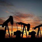 Ceny ropy klesají, Brent je těsně nad 50 dolary za barel