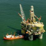Ceny ropy kvůli dolaru a vyšší těžbě na Blízkém východě klesají