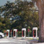 K plánu automobilek vystavět rychlodobíjecí stanice se hlasí první energetická firma