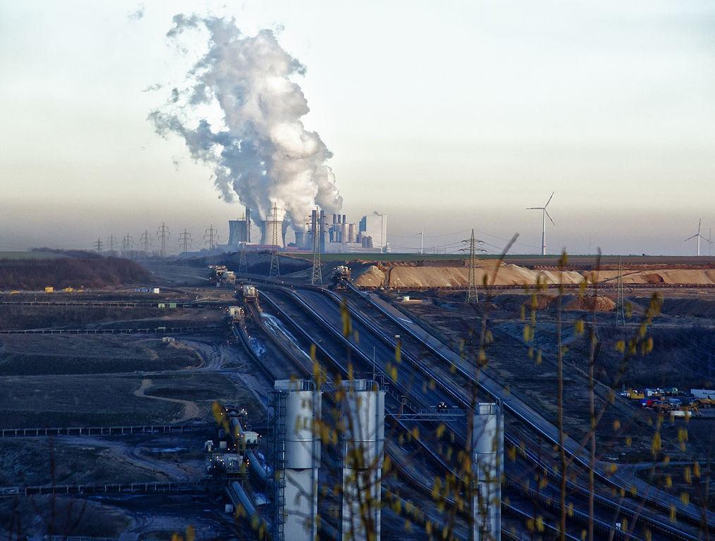 Uhelný důl Garzweiler, v pozadí uhelná elektrárna Grevenbroich-Frimmersdorf a -Neurath. Zdroj: Tagebau Garzweiler