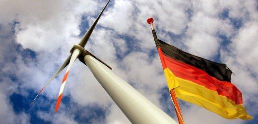 ARCHIV - Im Gebiet des Seehafens Rostock dreht sich die erste Offshore-Windkraftanlage Deutschlands (vorn), während die Heckfahne eines Ausflugsschiffes im Wind flattert (Archivfoto vom 23.08.2006). Vor dem Hintergrund des Ölstreits zwischen Russland und Weißrussland stellt die EU-Kommission am Mittwoch (10.01.2007) in Brüssel ihre Strategie für eine europäische Energiepolitik vor. Gegen den Widerstand von Deutschland und Frankreich will die EU-Kommission mehr Wettbewerb auf Europas Energiemärkten erzwingen. Foto: Bernd Wüstneck dpa/lmv +++(c) dpa - Bildfunk+++