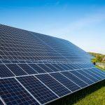 Nová instalovaná solární kapacita loni opět rekordně rostla. Evropským tahounem byla Velká Británie