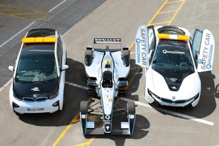 BMW i3 a i8 jako Safety Car v seriálu závodů elektrickcých formulí Formula E. Tyto automobily využívají technologie bezdrátového nabíjení Halo. Zdroj: FIA Formula E