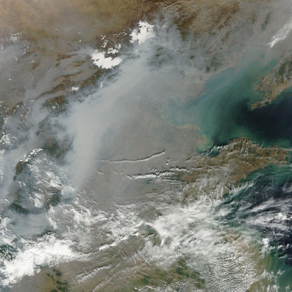 Znečištění ovzduší v Číně patrné i ze snímků pořízených z družic. Zdroj: NASA Goddard Space Flight Center