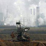 Německá policie začala s vyklízením protestních táborů v Hambašském lese, který má dále ustoupit těžbě uhlí