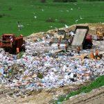 Skládkování- jeden z možných způsobů zpracování odpadu.