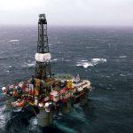 Levná ropa srazila čtvrtletní zisk BP skoro na polovinu