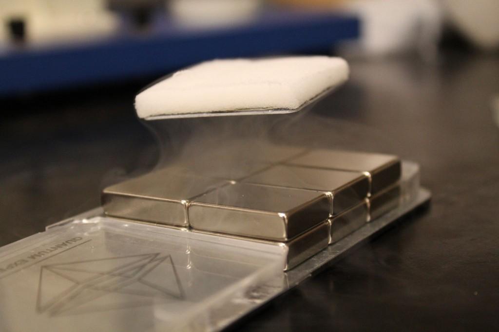 Supravodivá magnetické levitace – tzv. Meissnerův efekt.