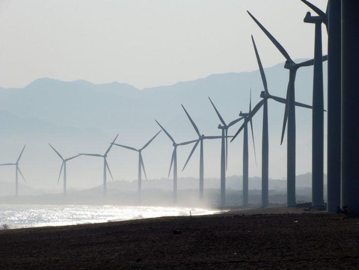 Větrné elektrárny na pláži