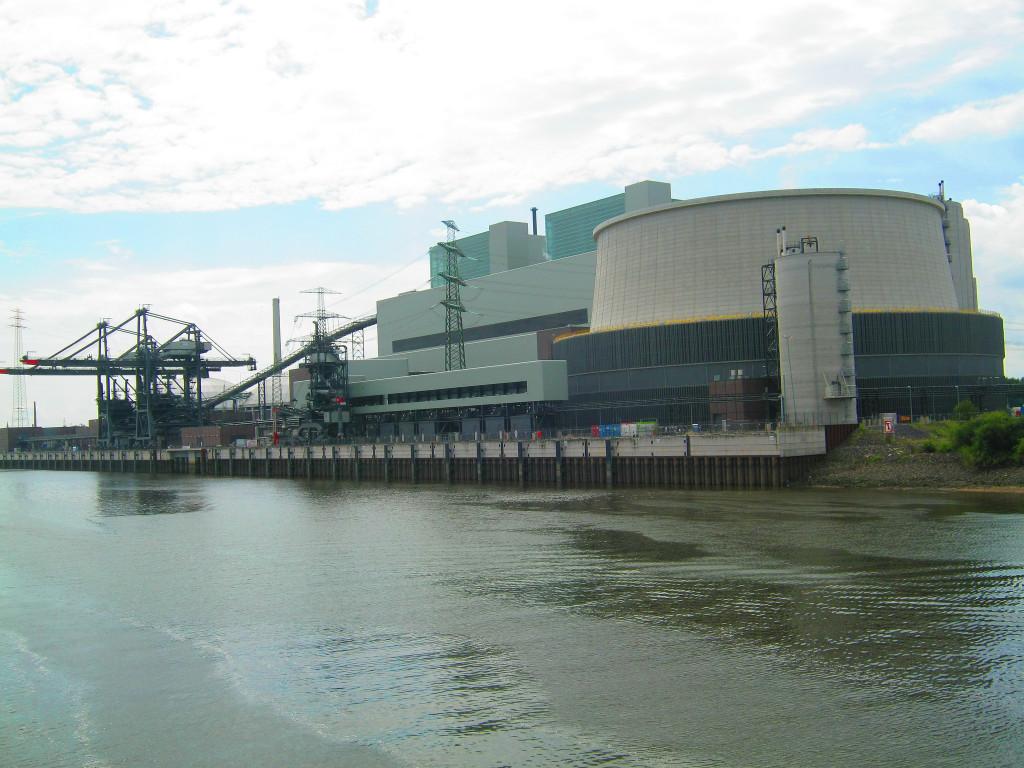 Kontroverzní uhelná elektrárna Moorburg, jež zajišťuje energii pro průmyslový Hamburk.