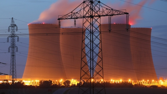 jaderná elektrárna temelín v noci