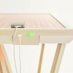 Stůl Current Table nabije telefon díky barvivu