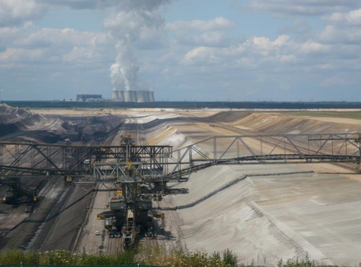 Lignitový povrchový důl a přilehlá elektrárna Jänschwalde. Zdroj GuenterHH https://www.flickr.com/photos/guenterhh/
