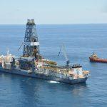 Zásoby ropy rostou, Brent i WTI poklesly na další historické minimum