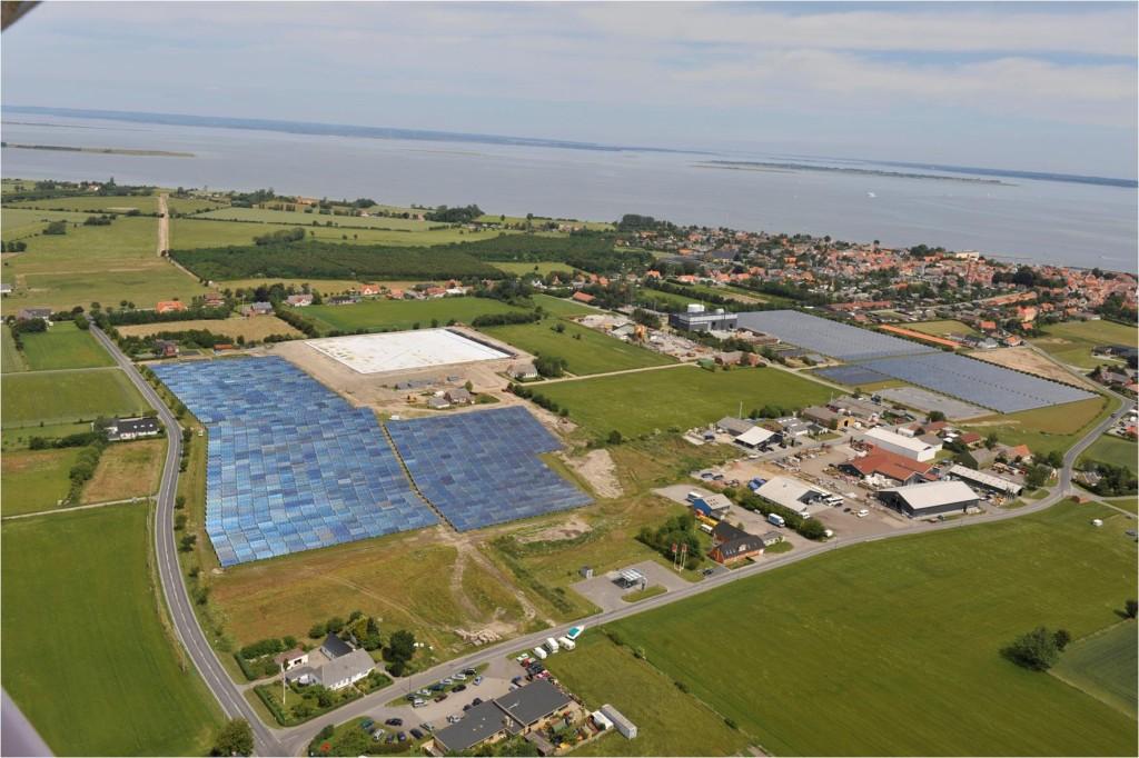 Letecky pohled na hybridní systém SUNSTORE u města Marstal. Zdroj: SUNSTORE