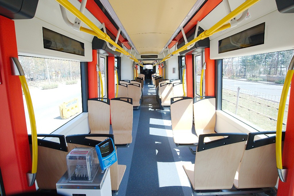 Interiér vozu velmi připomíná pražskou verzi tramvaje Škoda 15T For City. Zdroj: Škoda Transportation