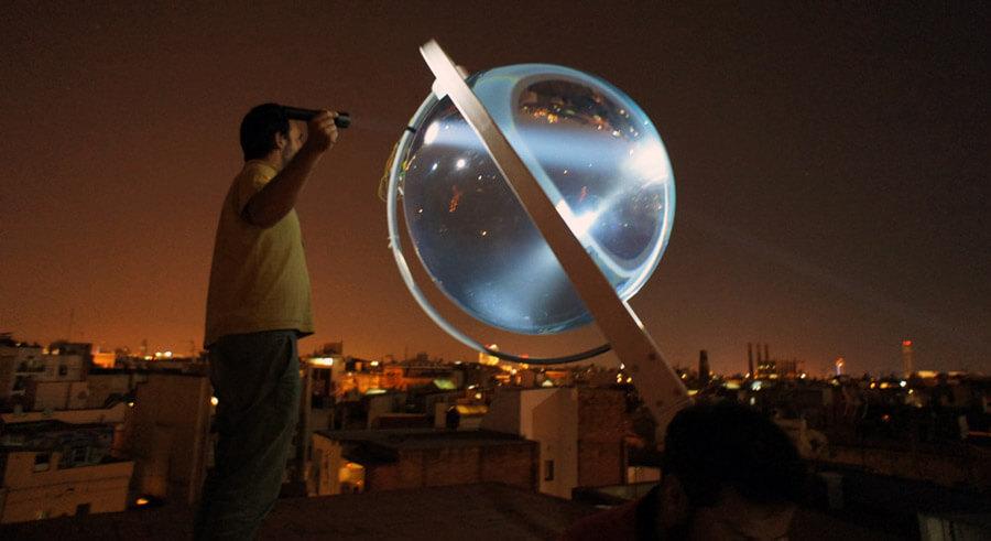 Zařízení dokáže v noci vyrábět elektřinu nebo sloužit jako designová lampa. Zdroj: Rawlemon.com