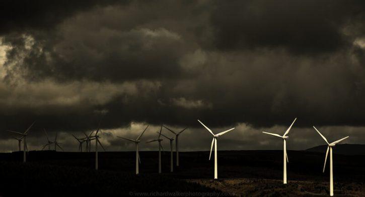Větrné elektrárny v bouři