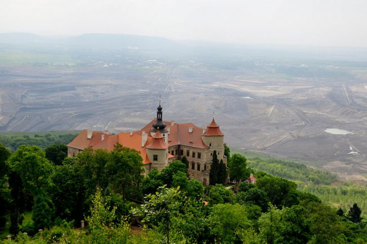 Zámek Jezeří v těsné blízkosti dolu ČSA v pozadí. Autor: Jirka Dl
