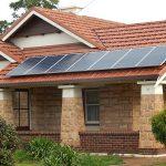 Střešní fotovoltaická elektrárna. Zdroj: Michael Coghlan