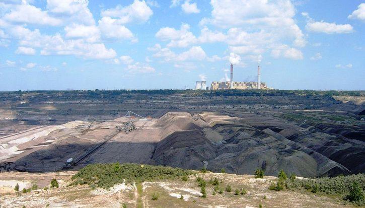 Elektrárna Belchatów s přilehlým dolem uhlí