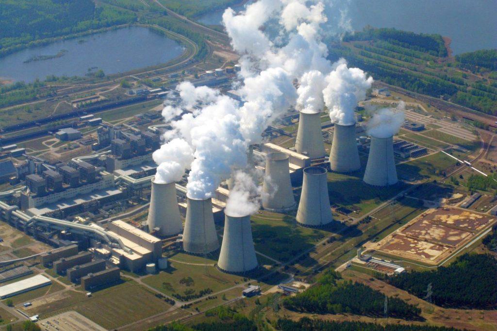Letecký pohled na německou uhelnou elektrárnu Jänschwalde. Zdroj: fotos-aus-der-luft.de
