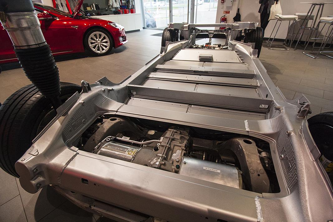 Podvozková platforma Modelu S v Tesla Store Göteborg, foto: Tomáš Jirka
