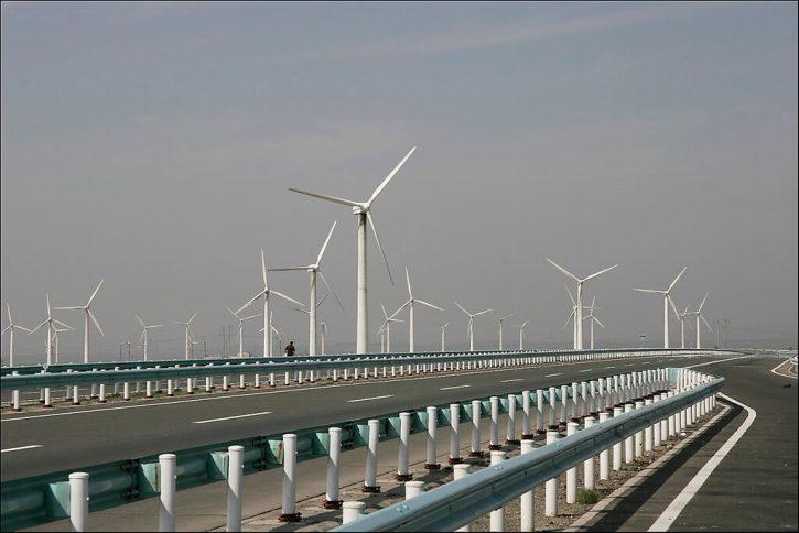 Větrná farma v čínském Sin-ťiang (Xinjiang). Zdroj: Mike Locke, Flickr