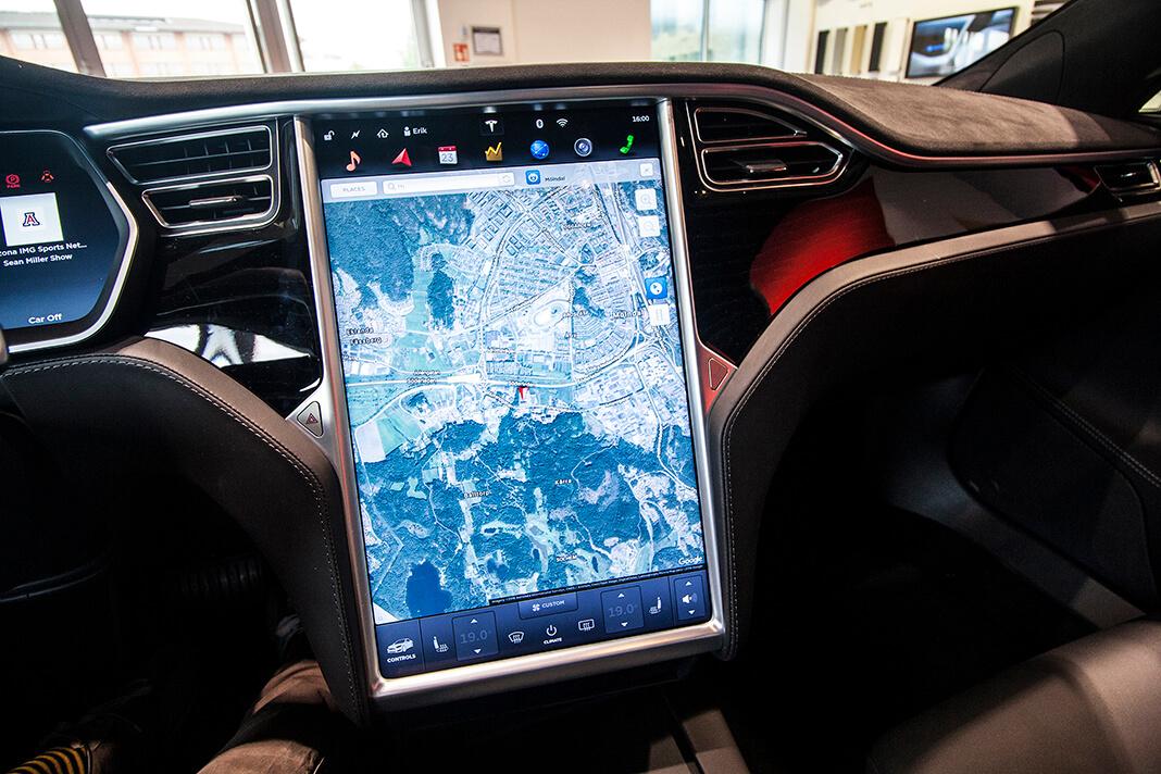 Centrální displej Tesly Model S, foto: Tomáš Jirka