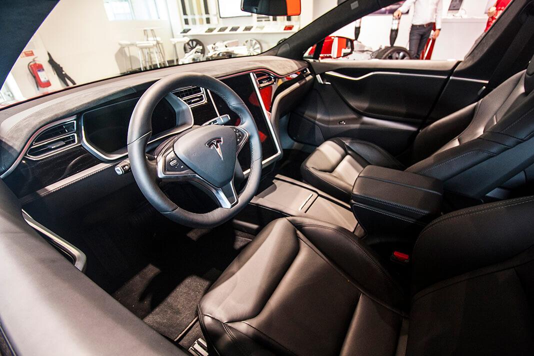Přední část interiéru Tesly Model S, foto: Tomáš Jirka