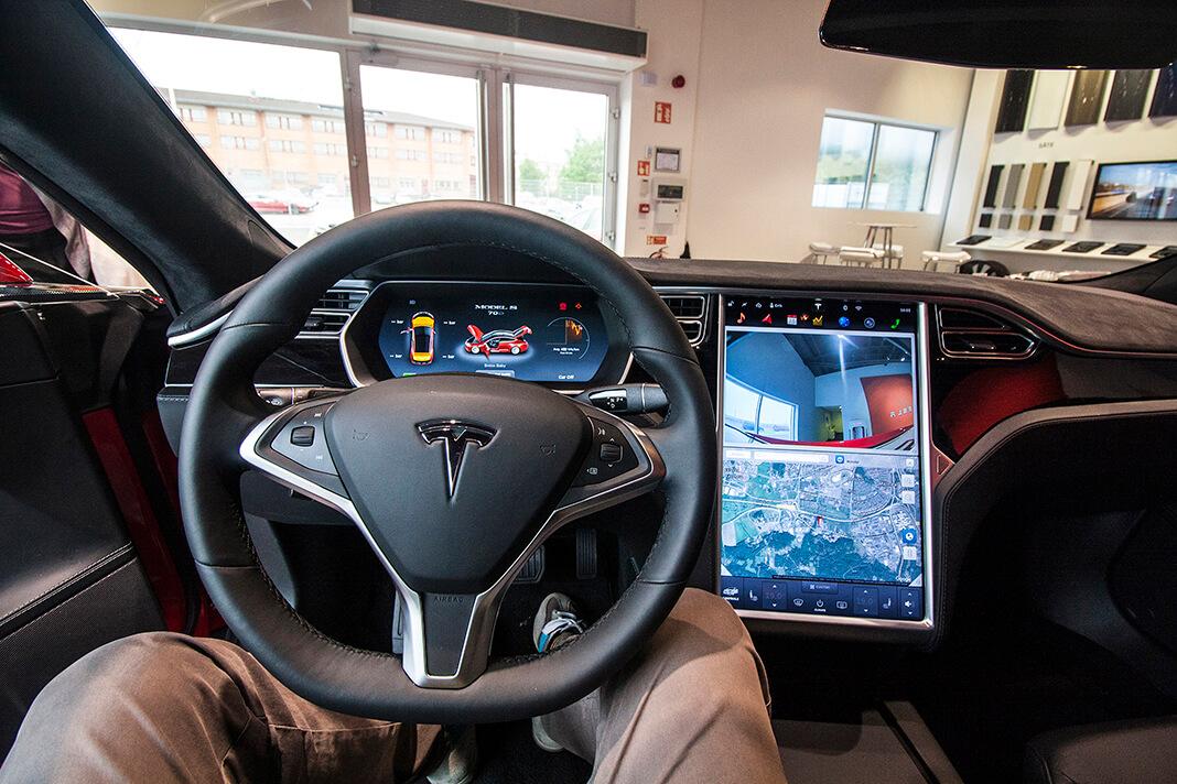 Pracoviště řidiče Tesly Model S, foto: Tomáš Jirka