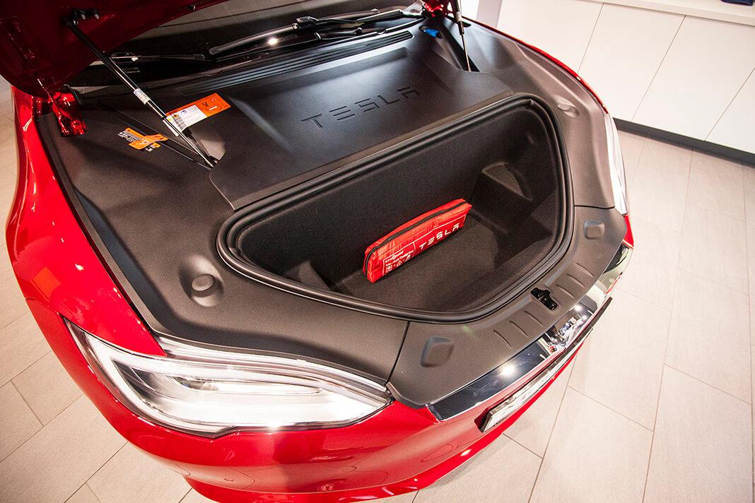 """""""Frunk"""" (vpředu umístěný zavazadlový prostor) Tesly Model S, foto: Tomáš Jirka"""