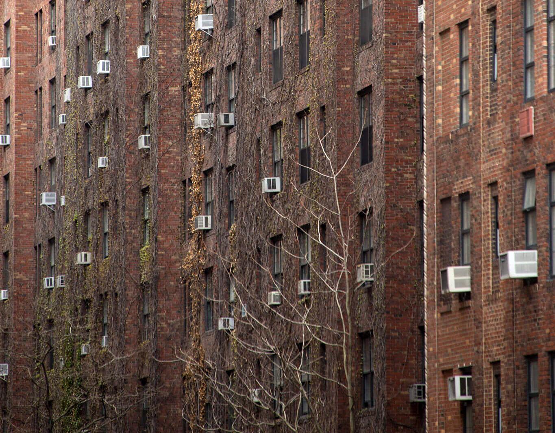 Klimatizačními jednotkami posetá budova v New Yorku. Autor: Marcel Oosterwijk, Flickr