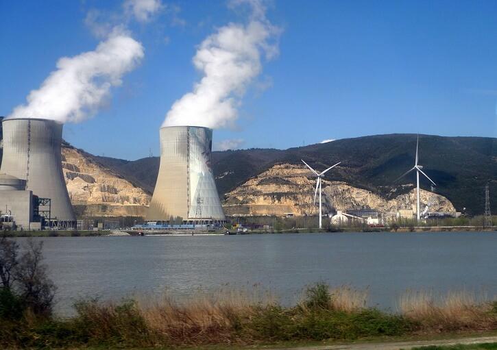 Jaderná elektrárna Cruas na řece Rhôna.