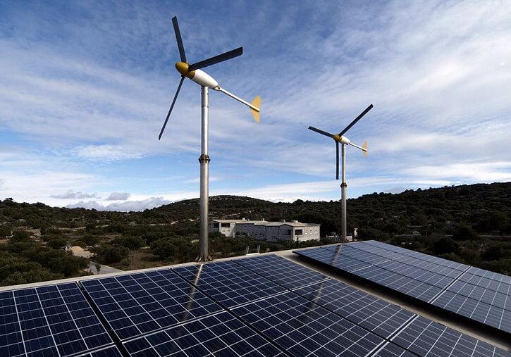 Hybridní solární a větrná elektrárna.