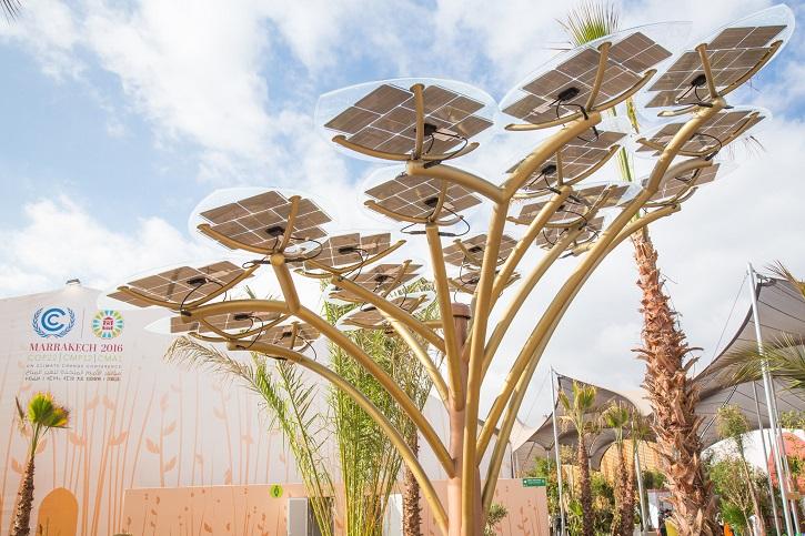 Solární květina na klimatické konferenci v Marrákeši. Zdroj: UNclimatechange