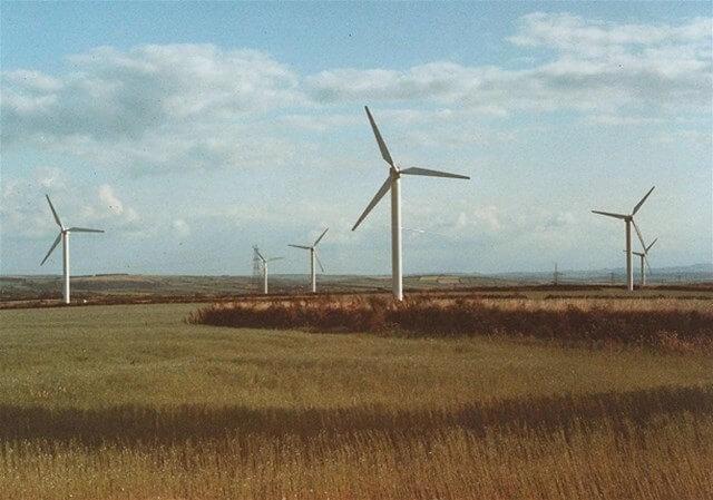Původní podoba větrné elektrárna Delabole z roku 1991 s deseti 400kW turbínami
