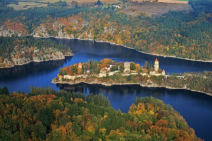 Hrad Zvíkov na břehu Orlické přehrady