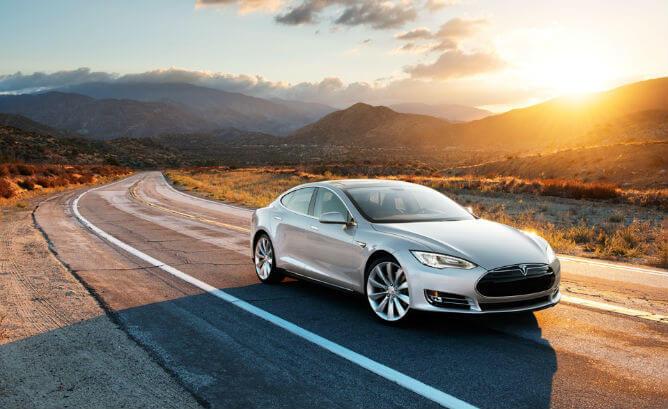 Tesla Model S při západu slunce. Zdroj: HybridCars.com