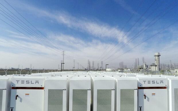 Akumulátory Tesla v jižní Kalifornii jsou schiopny napájet zhruba 15 000 domácností po dobu přesahující čtyři hodiny. Zdroj: Tesla