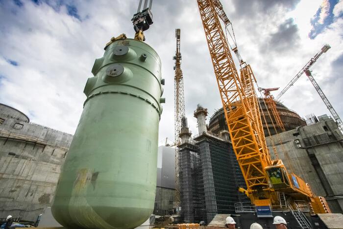 Reaktorová nádoba VVER-1200 při instalaci v Leningradské JE. Zdroj: ТИТАН-2