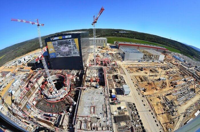 Fotografie z pokračující výstavby fúzního reaktoru ITER ve Francii (duben 2017); Zdroj: F4E