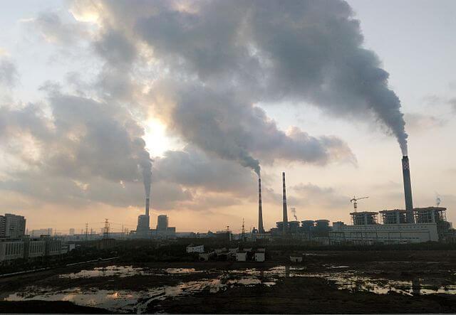 Čínská uhelná elektrárna Jiangsu Nantong. zdroj: wikimedia