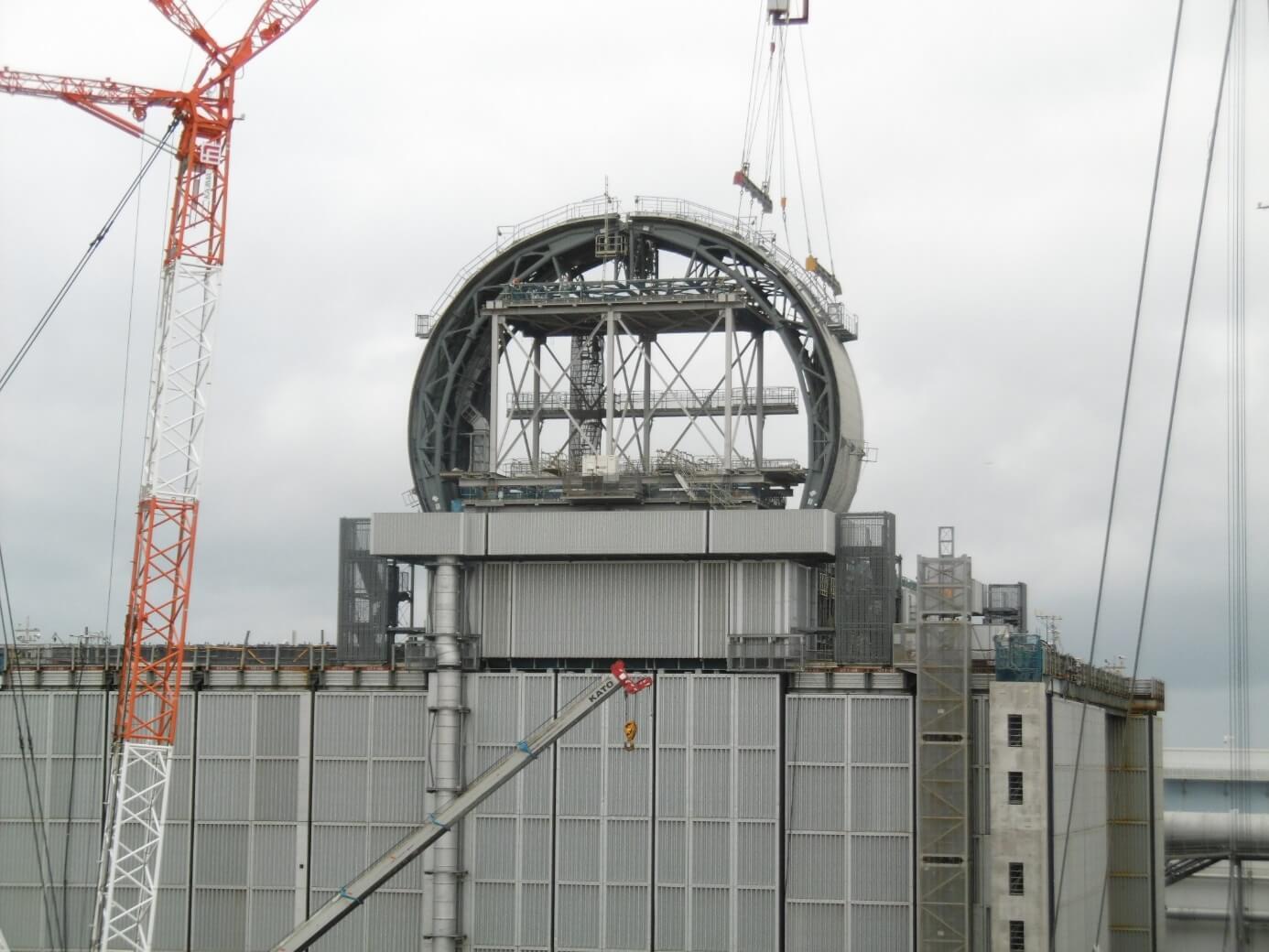 Budování nové horní části zničeného třetího bloku v elektrárně Fukušima I, po instalaci jeřábů bude možné vyvézt bazén pro vyhořelé palivo (zdroj TEPCO).