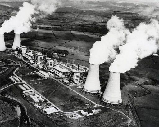 První komerční elektrárnou byla Calder Hall ve Velké Británii (zdroj energy.gov).