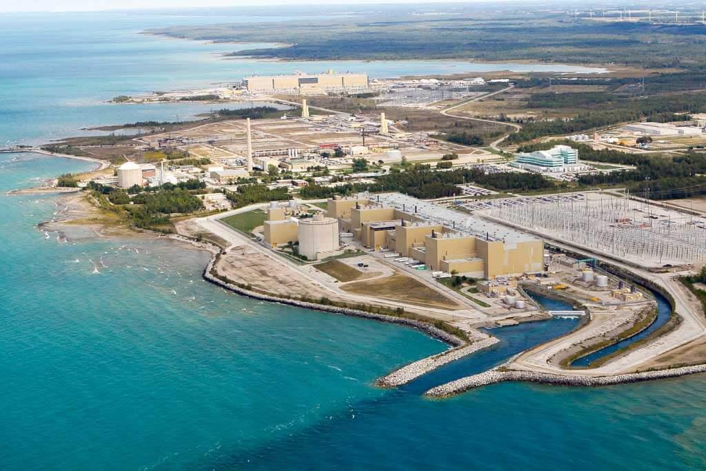 Elektrárna Bruce v Kanadě využívá reaktory moderované těžkou vodou typu CANDU (zdroj Canadian Nuclear Association)