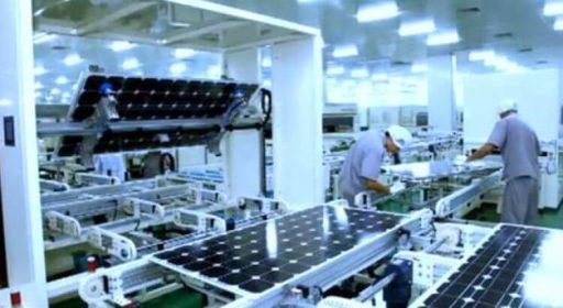 Moderní produkce fotovoltaických panelů ve firmě JinkoSolar (zdroj JinkoSolar).
