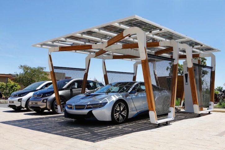 BMW i8 Solární střecha (parking). Zdroj: BMW