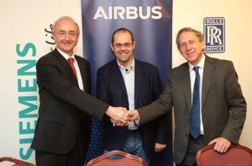Frank Anton (Siemens), Mark Cousin (Airbus) a Paul Stein (Rolls-Royce) po podpisu spolupráce na projektu E-Fan X. Zdroj: Airbus